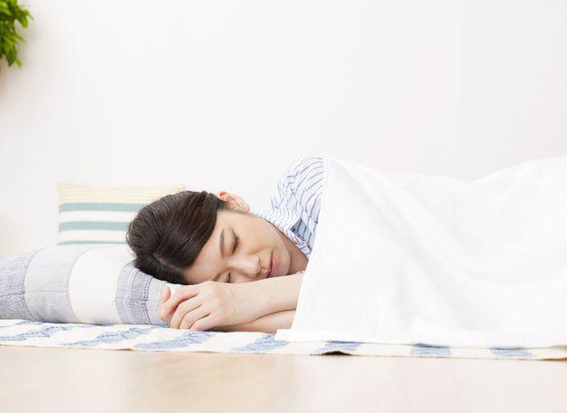 家で仮眠を取る看護師