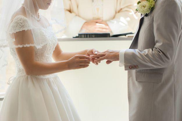 結婚式をあげる夫婦