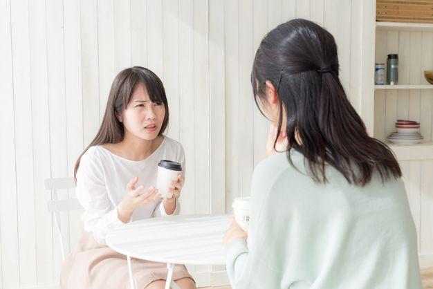 バイトを辞めるべきか友達に相談する女性