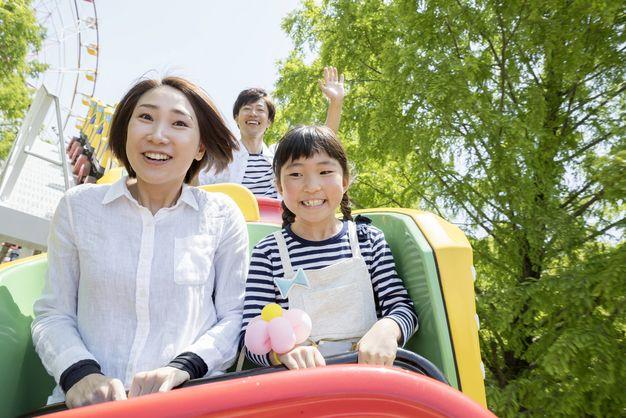 遊園地で遊ぶ家族