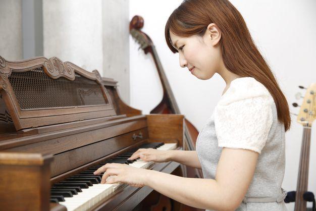ピアノの練習をする女性
