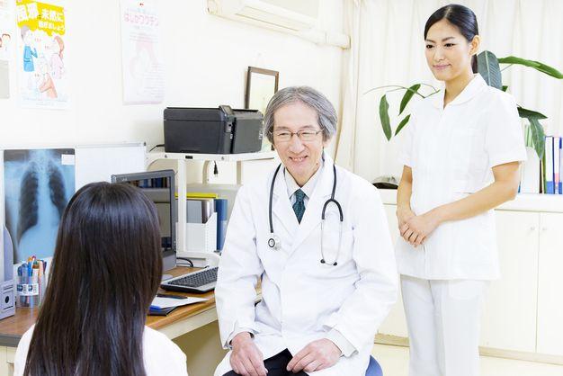 医師がスムーズに業務が行えるよう補助する外来看護師