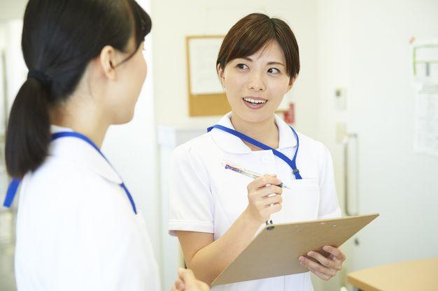 外来看護師の仕事で病棟との連携をとる女性