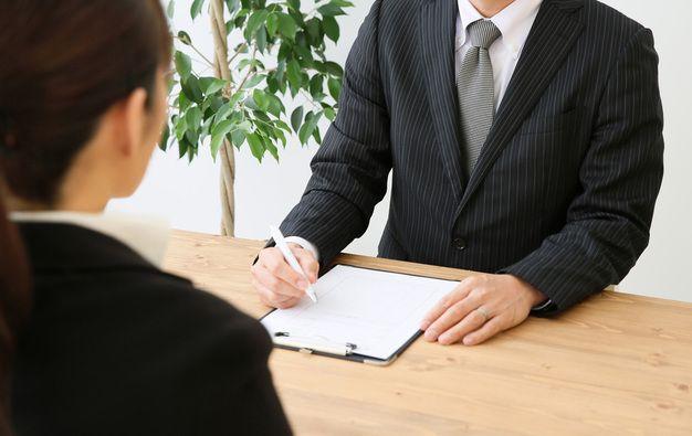 いくつかの派遣会社に登録する女性