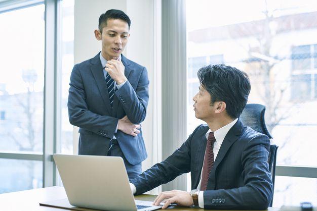 身近な転職経験者に相談する男性