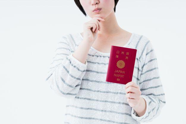 パスポートを持つ女性