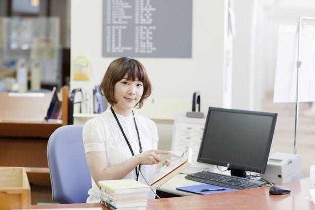図書館司書で働く女性