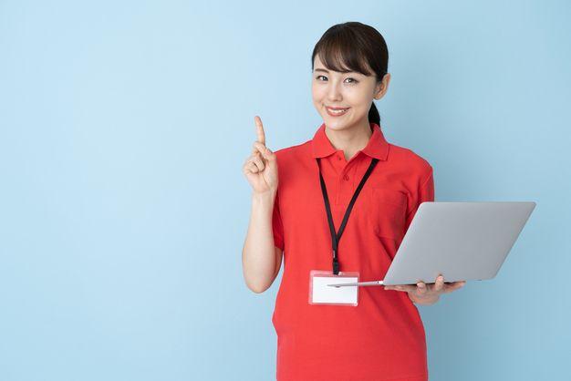 派遣会社を探す時の注意点を紹介する女性