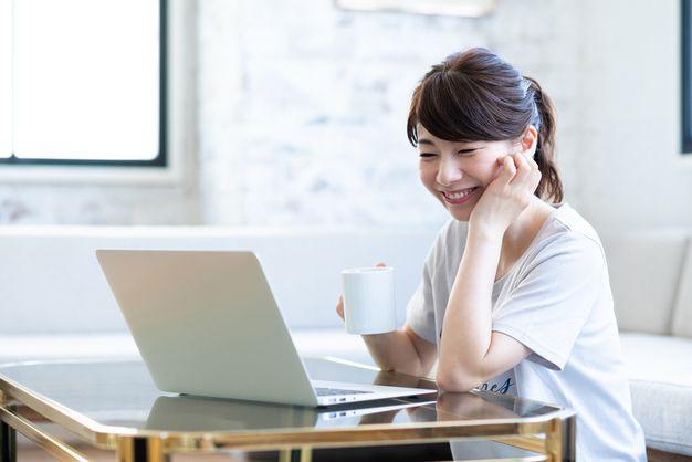 ネットで求人情報を探す女性