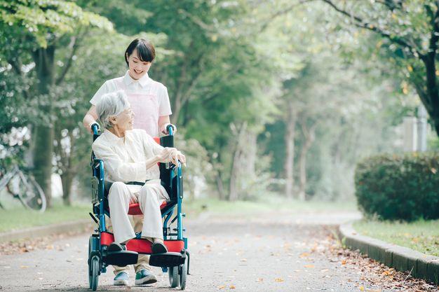 散歩中の介護士
