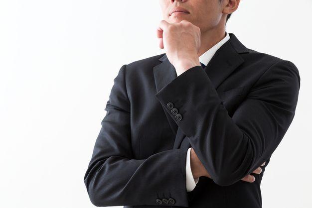 転職目的を明確にするため考える男性