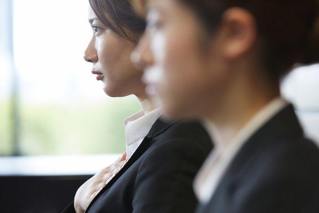 30代の転職は狭き門となるため緊張する女性