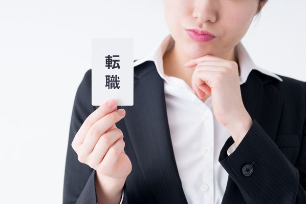 よくある転職理由を紹介する女性