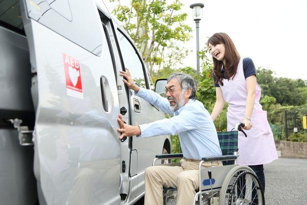 介護タクシーの仕事をする女性